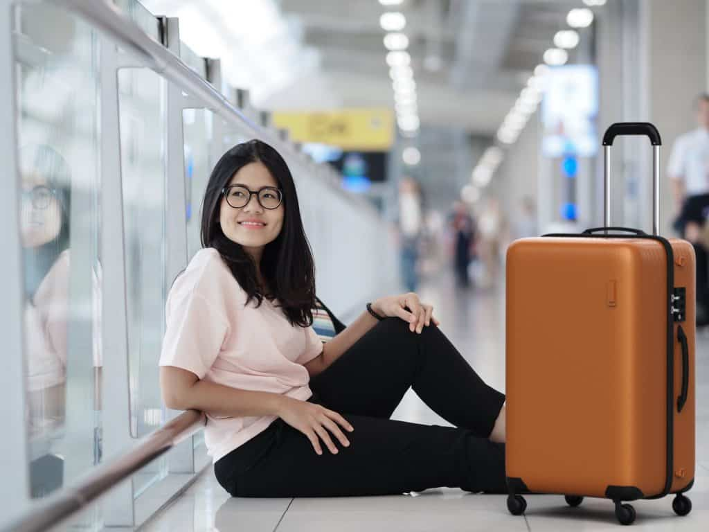woman on ground with samsonite centric-2
